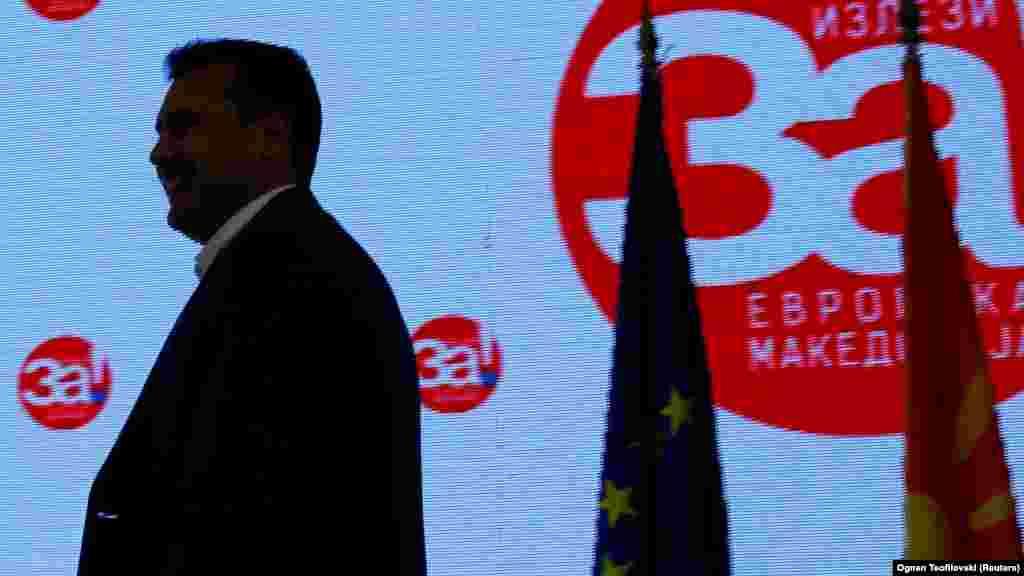МАКЕДОНИЈА - Владата го усвои текстот на нацрт-амандманите на Уставот согласно Договорот од Преспа и заклучоците на македонското Собрание. На прес-конференција во Владата нацрт-амандманите ги соопшти премиерот Зоран Заев, кој рече дека четирите амандмани се едноставни, немаат ништо спорно и се во согласност со меѓународните стандарди и заслужуваат поддршка од сите пратеници во име на интеграцијата во ЕУ и НАТО.