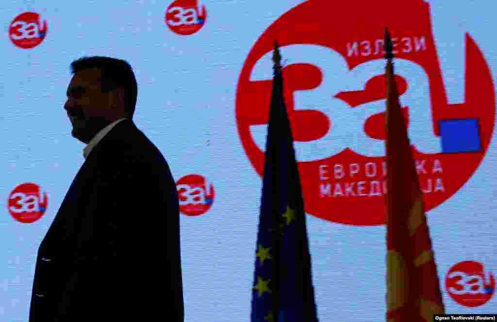 МАКЕДОНИЈА - По почетокот на пристапните преговори за членство на Македонија во НАТО, Оана Лунгеску, портпаролката на генералниот секретар на НАТО Јенс Столтенберг, изјави дека овој настан е важен чекор за Македонија и оти земјата сега има историска можност да стане дел од евроатлантското семејство ако се имплементира Договорот со Грција. Неколку часови подоцна се огласи и руското МНР од каде, според агенцијата ТАСС, соопштија дека со сила се сака да се внесе Македонија во НАТО и дека во моментов се случувало најгрубо мешање во внатрешните работи на Скопје.
