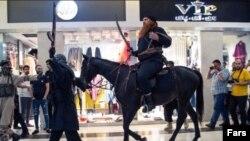 صحنه ای از ورود بازیگران ایفاگر نقش نیروهای داعش در پردیس کوروش.