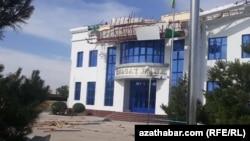 Поврежденное от урагана здание в Туркменистане.