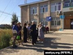Активисты пригородного села Курайлы у здания местного акимата. 19 сентября 2017 года.