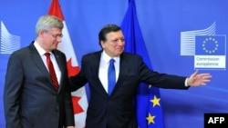 Председатель Еврокомиссии Жозе Мануэль Баррозу (справа) с премьер-министром Канады Стивеном Харпером в Брюсселе