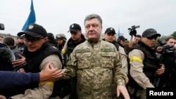 Пётр Порошенко во время посещения Славянска на востоке Украины летом этого года