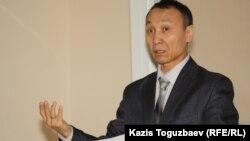 Сакен Шардаров, адвокат Екпина Шардарова выступает в Турксибском районном суде. Алматы, 1 февраля 2012 года.