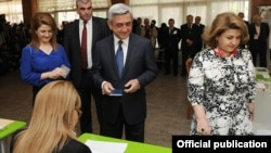Armenia - President Serzh Sarkisian, his wife and daughter vote in the parliamentary elections, Yerevan,6May2012.