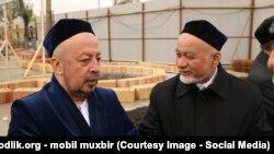 Daşkənd imamı Anvar Tursunov (solda) mini-məscidlərin tikilməsi planından razılıq edir
