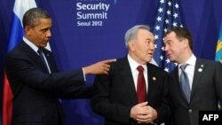 АКШ президенти Барак Обама, Казакстан президенти Нурсултан Назарбаев жана Орусиянын премьер-министри Дмитрий Медведев Сеулдагы жолугушуу учурунда. 2012-жыл.