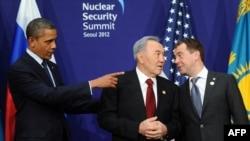 Президенты США Барак Обама, Казахстана - Нурсултан Назарбаев и России - Дмитрий Медведев на встрече во время саммита по ядерной безопасности. Сеул, 27 марта 2012 года.