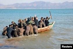 قایق رهبر را هل میدهند