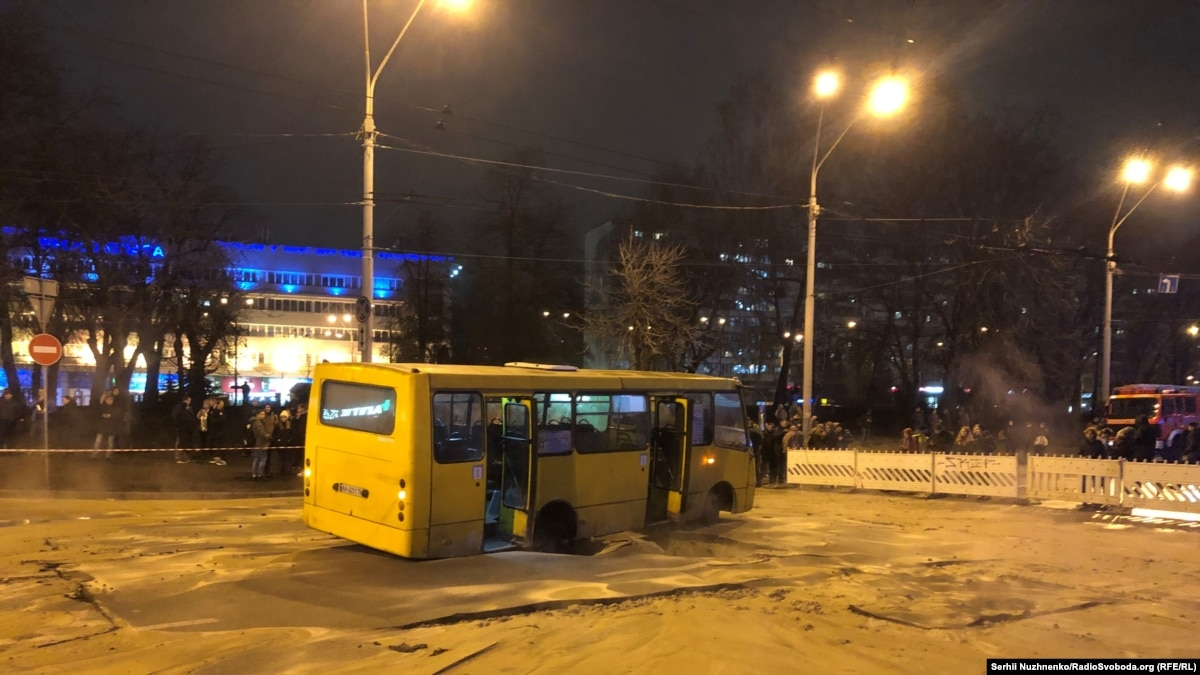 Прорыв теплотрассы в Киеве: эвакуировали 13 человек, в одной женщины ожоги ног