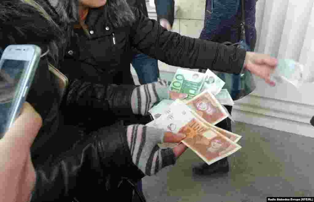 МАКЕДОНИЈА - Новинарите кои го следат рочиштето за 27 април во Кривичниот суд во Скопје на паузата му понудија пари за изјава на обвинетиот пратеник Љубен Арнаудов, кој претходно рече дека изјава ќе даде за 50 евра. Когаму беа понудени пари, тој рече дека само сакал да се пошегува.