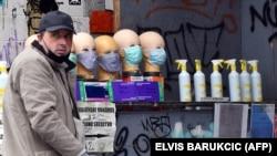 Торговец защитными масками и антибактериальными гелями в Сараево. Иллюстративное фото.
