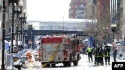 На месте двух взрывов, прогремевших во время Бостонского марафона. 15 апреля 2013 года.