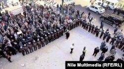 عناصر الشرطة تحيط قضاة محتجين