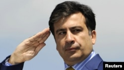 «Вы служите простым людям», -- несколько раз во время своего выступления повторил президент Саакашвили