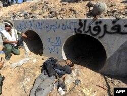 Муаммар Каддафи табылған су құбырының қасындағы көрініс. Сирт, 20 қазан 2011 жыл.