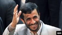 محمود احمدی نژاد می گويد ايران حاضر است راه نجات را به آمريکا و بريتانيا نشان دهد.