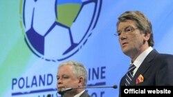 Президенты Украины и Польши Виктор Ющенко и Лех Качиньский представляют чемпионат Европы по футболу 2012 года, Кардифф, 2007 г