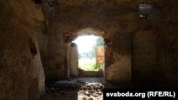 Тоўстыя муры замка, пабачаныя госьцем з Чачні, яшчэ змагаюцца за сябе. Ня бурацца