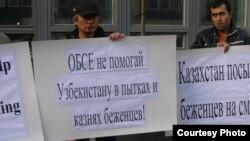 Демонстранты выступают против экстрадиции узбекских беженцев-мусульман из Алматы возле здания казахского посольства в Швеции. Стокгольм, 17 сентября 2010 года.