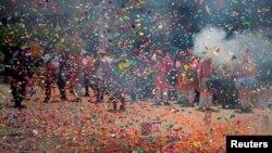 شادی هواداران حزب بهاراتیا جاناتا در شهر گاندینگر، مرکز ایالت گجرات، در پی اعلام نتایج اولیه انتخابات