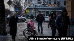 Женщина просит милостыню на улицах Симферополя. Иллюстрационное фото