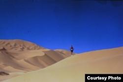 Марафонец Марат Жыланбаев бежит через пустыню Сахара. Африка, 1993 год.