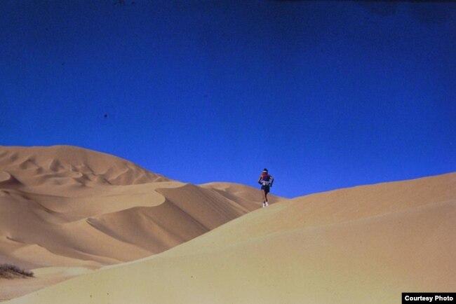 Марафоншы Марат Жыланбаев Сахара шөлінде. Африка, 1993 жыл.