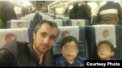 "Хайриддин Абдулло с племянниками на борту самолета авиакомпании ""Таджик Эйр"", 29 декабря 2019 года."