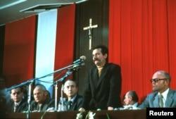 Лех Валенса выступает перед членами еще не запрещенной «Солидарности» и членами компартии (ПОРП) на Гданьском судостроительном заводе после подписания августовского соглашения в 1980 году