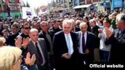 Tomislav Nikolić tokom predizborne kampanje, Mitrovica, april 2012.