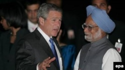 Президент США Джордж Буш и премьер-министр Индии Манмохан Сингх. На Соединенные Штаты приходится 70% доходов Индии от всего экспорта программного обеспечения.
