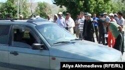 Местные жители перекрыли центральную улицу поселка Кызылагаш. Алматинская область, 2 июня 2011 года.