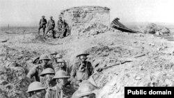«На рассвете 18 октября 1916 года рядовой первого батальона Вест-Йоркширского полка Гарри Фарр был расстрелян по постановлению военно-полевого суда, обвинившего его в трусости»