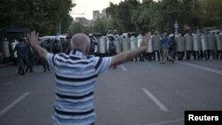 Учасник акції протесту в Єревані, 28 червня, 2015 року