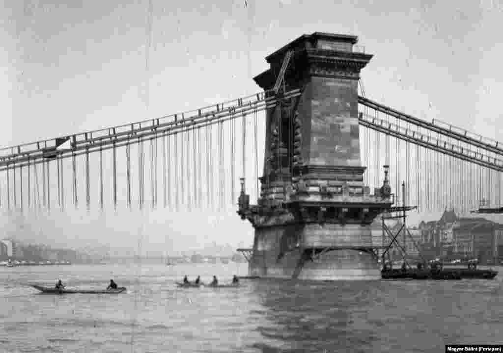 Цепной мост Сеченьи во время реконструкции, 1914 год. Сейчас мост после захода солнца освещается сотнями электрических лампочек. Впервые он был построен в 1849 году, но его чугунный пролет укрепляли до 1914 года