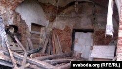 Тыльны бок замка глядзіць на Дняпро. Ля сьцен сьмецьце. Самі ж яны даўно без рамонту