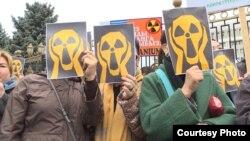 Участники митинга против добычи урана в Кыргызстане. Бишкек, 26 апреля 2019 года.