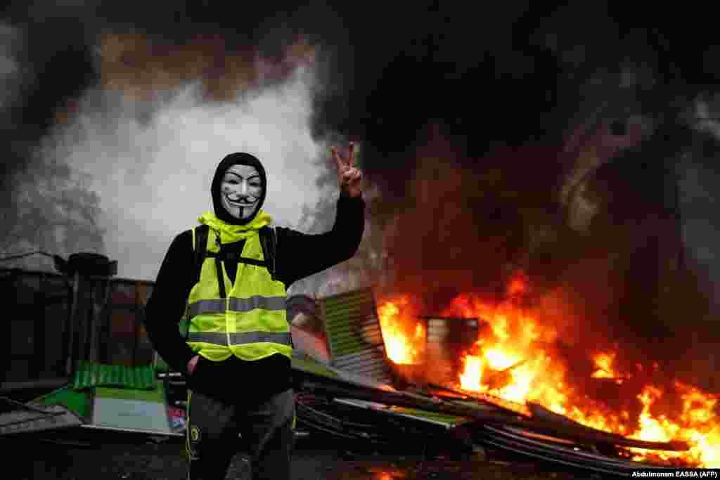 В результате столкновений в центре Парижа горели машины и происходили массовые беспорядки