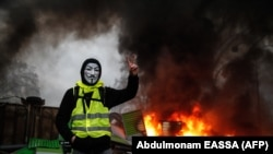 Участник протестов «желтых жилетов» в Париже.