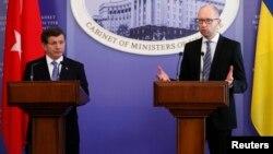 Турскиот премиер Ахмет Давутоглу и неговиот украински колега Арсениј Јацењук во Киев