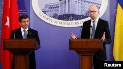 Ахмет Давутоглу (л) і Арсеній Яценюк