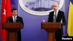 Премьер-министр Турции Ахмет Давутоглу (слева) и премьер Украины Арсений Яценюк на встрече с журналистами. Киев, 15 февраля 2016 года.