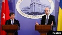Ахмет Давутоглу и Арсений Яценюк на встрече с журналистами в Киеве