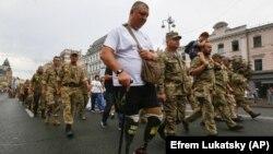 Потерявший обе ноги во время войны в Донбассе ветеран во время парада 24 августа 2020 года