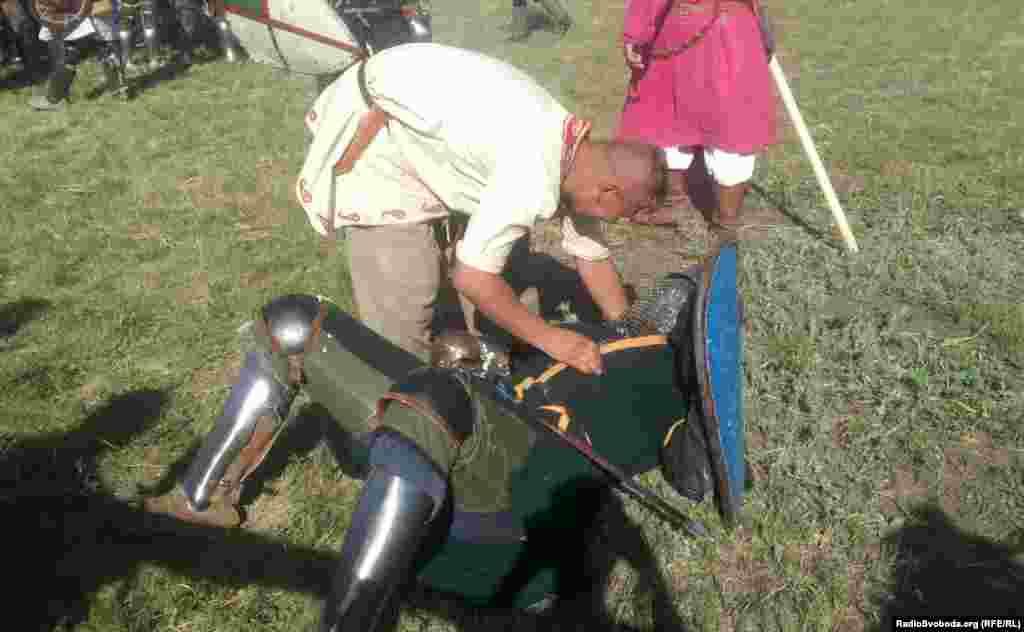 Лицареві допомагають звестися на ноги після падіння
