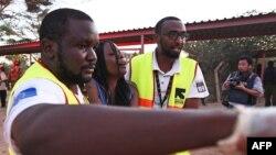 Keniyada tibb işçiləri yaralı tələbəyə yardım edirlər. 2 aprel 2015