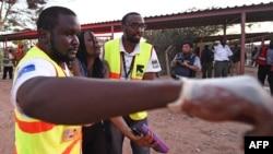 Лікарі допомагають студентці, пораненій під час нападу на університет у Кенії, 2 квітня 2015 року