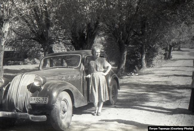 Жанчына каля машыны Петрыка Таранды, Вёска Падлесьсе, Ляхавіцкі раён, 60-я гады
