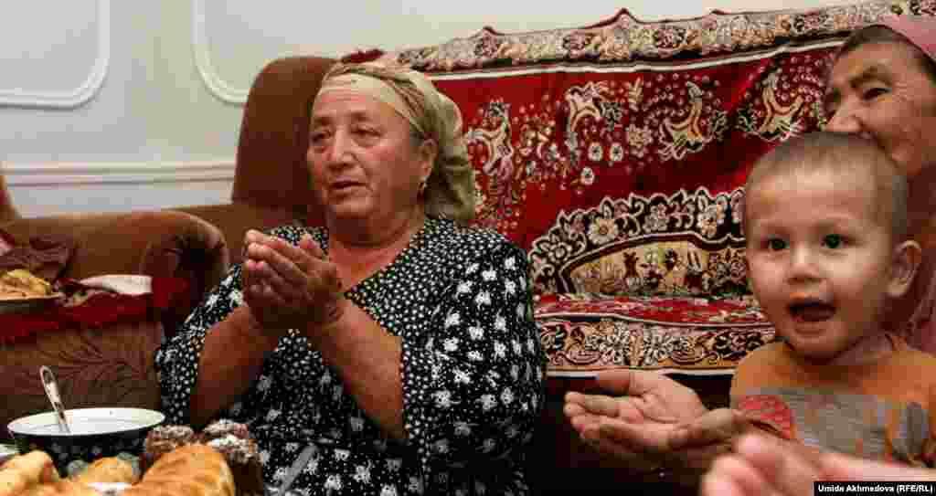 Мама Латифат, Райхан-апай, читает молитву.